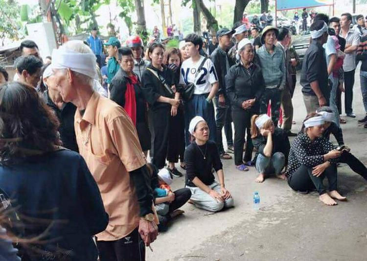 Người thân của cháu Hoàng A. đã kéo tới trước ngôi nhà của gia đình nghi phạm Nguyễn Khánh Hưng gây sức ép.