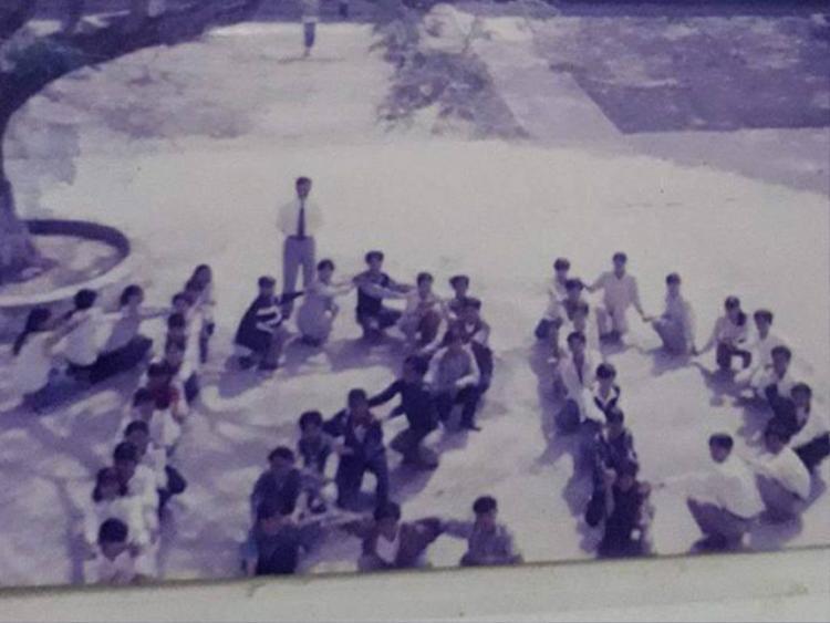 Thật hiếm để chiêm ngưỡng được những khoảnh khắc trọn vẹn như bức hình chụp tập thể lớp 12B tại một trường THPT ở Hà Nam khoá 1997 - 1998 trên đây.
