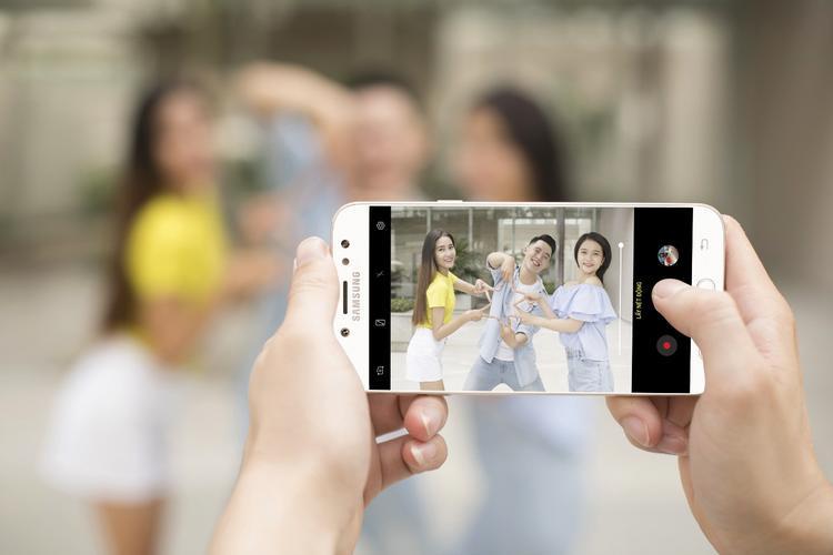"""Cách thức sử dụng tính năng chụp xóa phông bằng camera sau hoặc """"lấy nét selfie"""" với camera trước của Galaxy J7+ rất đơn giản, chỉ cần lựa chọn chế độ. Độ nét, màu sắc, cân bằng trắng tốt, cho chất lượng hình xịn như máy ảnh chuyên nghiệp."""