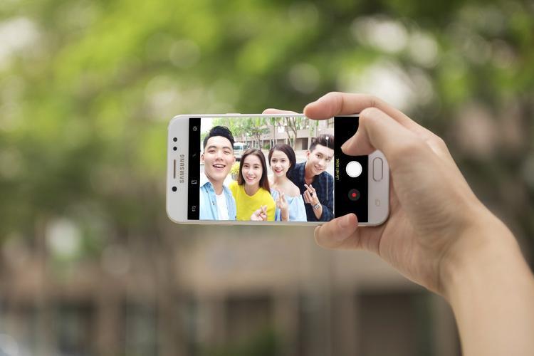 """Còn với camera phía trước của Galaxy J7+ có độ phân giải còn cao hơn cả camera sau, lên tới 16MP, chẳng có cớ gì không chụp ảnh selfie sắc nét để đời. Ống kính khẩu độ lớn f/1.9 và tính năng """"lấy nét selfie"""" cũng cho ảnh giả lập xóa phông """"chất"""" như camera kép sau."""
