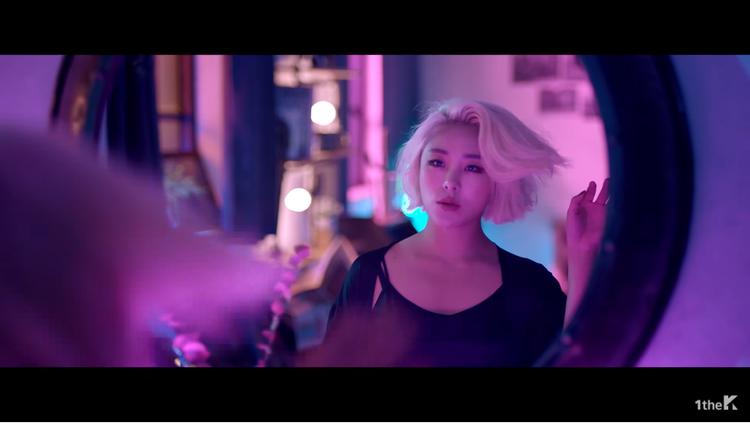 Không những trổ tài họa sĩ, Wheein còn rủ thêm bạn chí cốt vào MV solo đầu tay