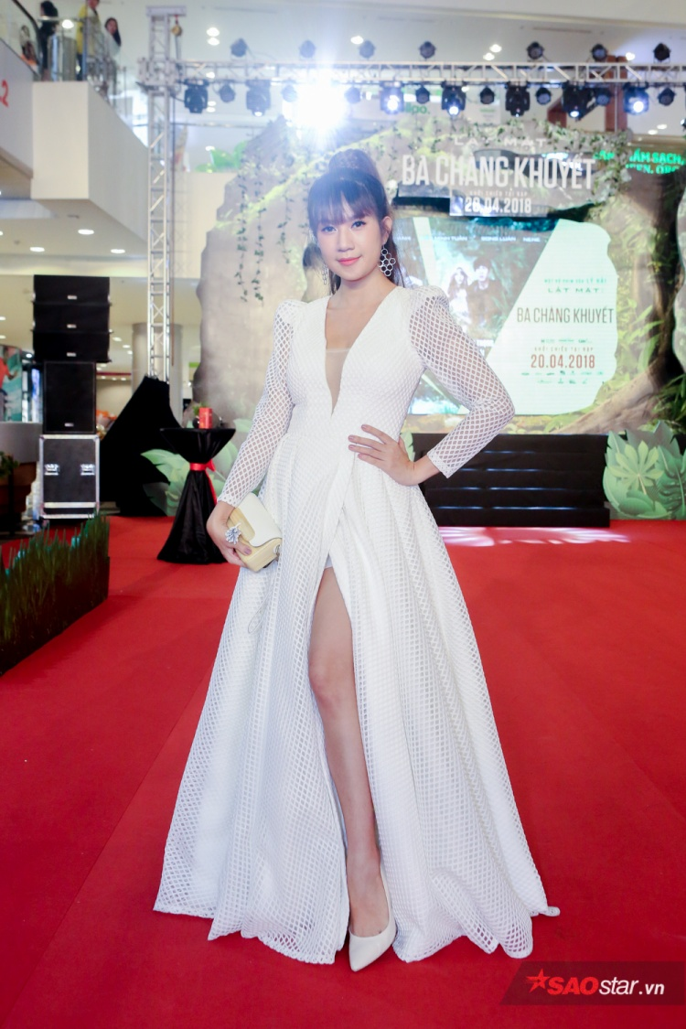 Minh Hà xinh đẹp và gợi cảm trong bộ đầm trắng xẻ đầy táo bạo.