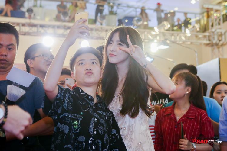 Nene thân thiện chụp hình cùng fan trong họp báo.