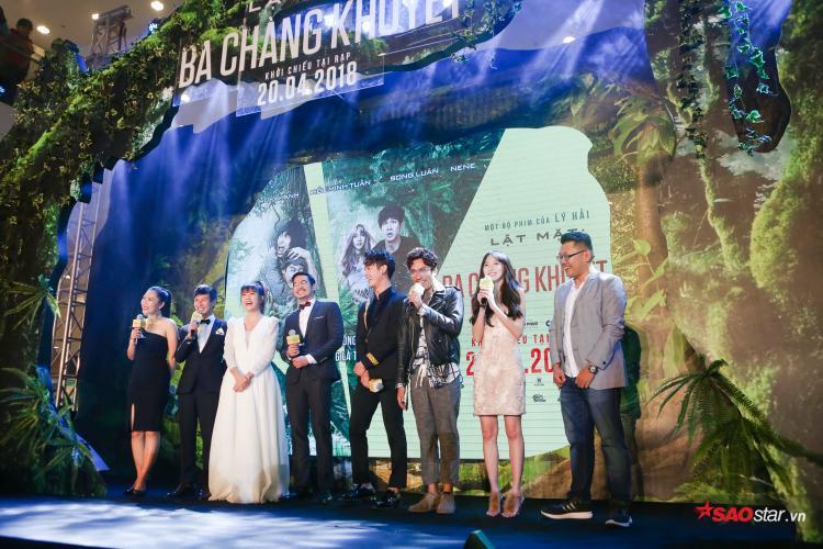 Dàn diễn viên và ekip vui vẻ trò chuyện cùng khán giả trong lễ ra mắt phim.