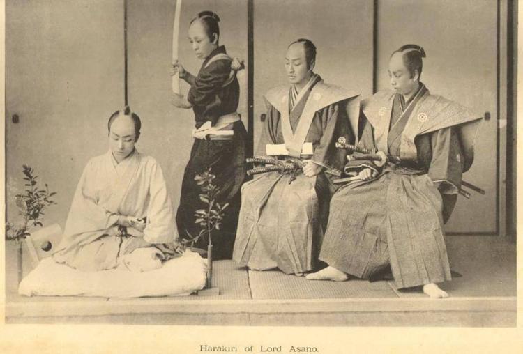 Ngay sau khi người võ sĩ tự mổ bụng mình, một người đứng bên cạnh sẽ nhanh chóng chặt đầu vị võ sĩ. Ảnh minh họa:Library of Congress