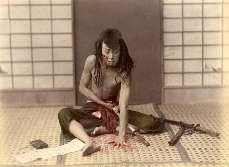 Một võ sĩ Samurai thực hiện nghi thức mổ bụng tự sát được cho là diễn ra vào thời điểm năm 1880. Ảnh: Getty Images