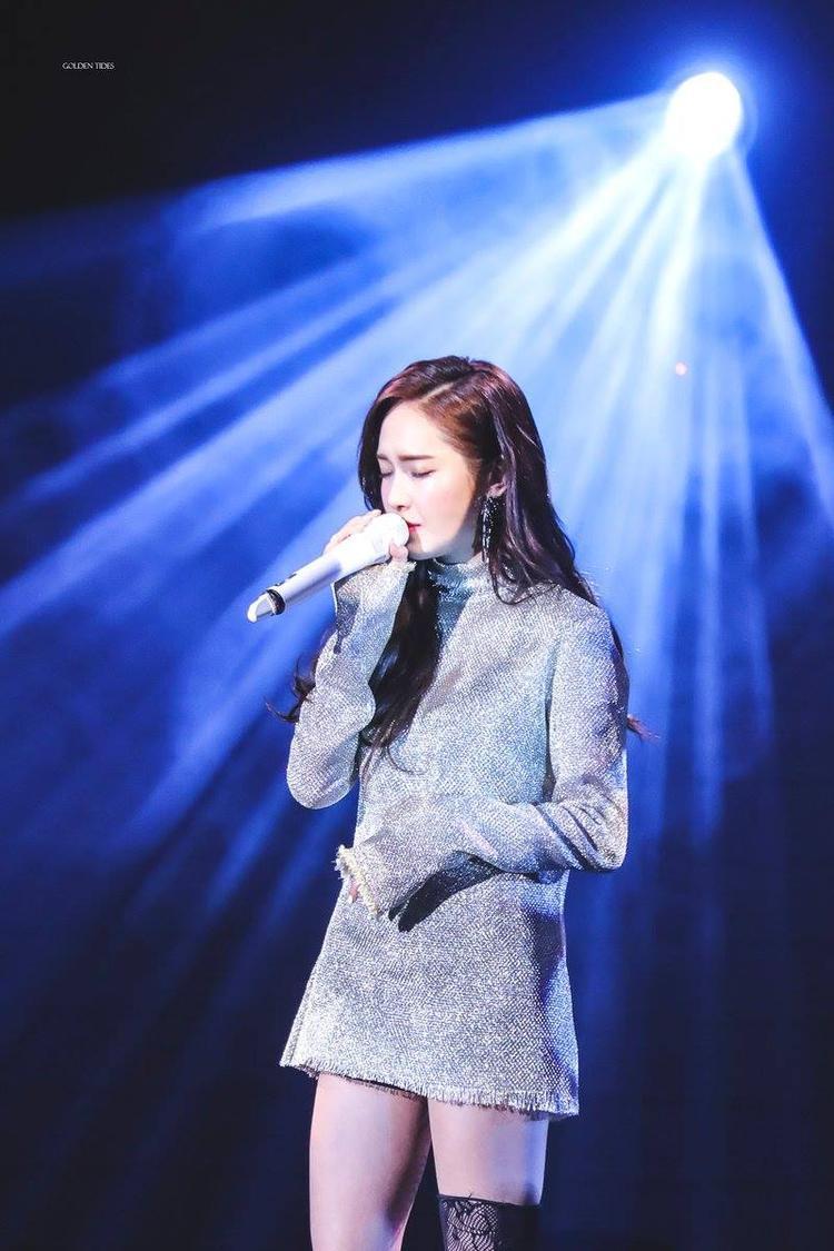 Dù bị hạn chế ở nhiều phương diện, cô nàng vẫn có được những hoạt động của một idol Kpop, từ concert solo…
