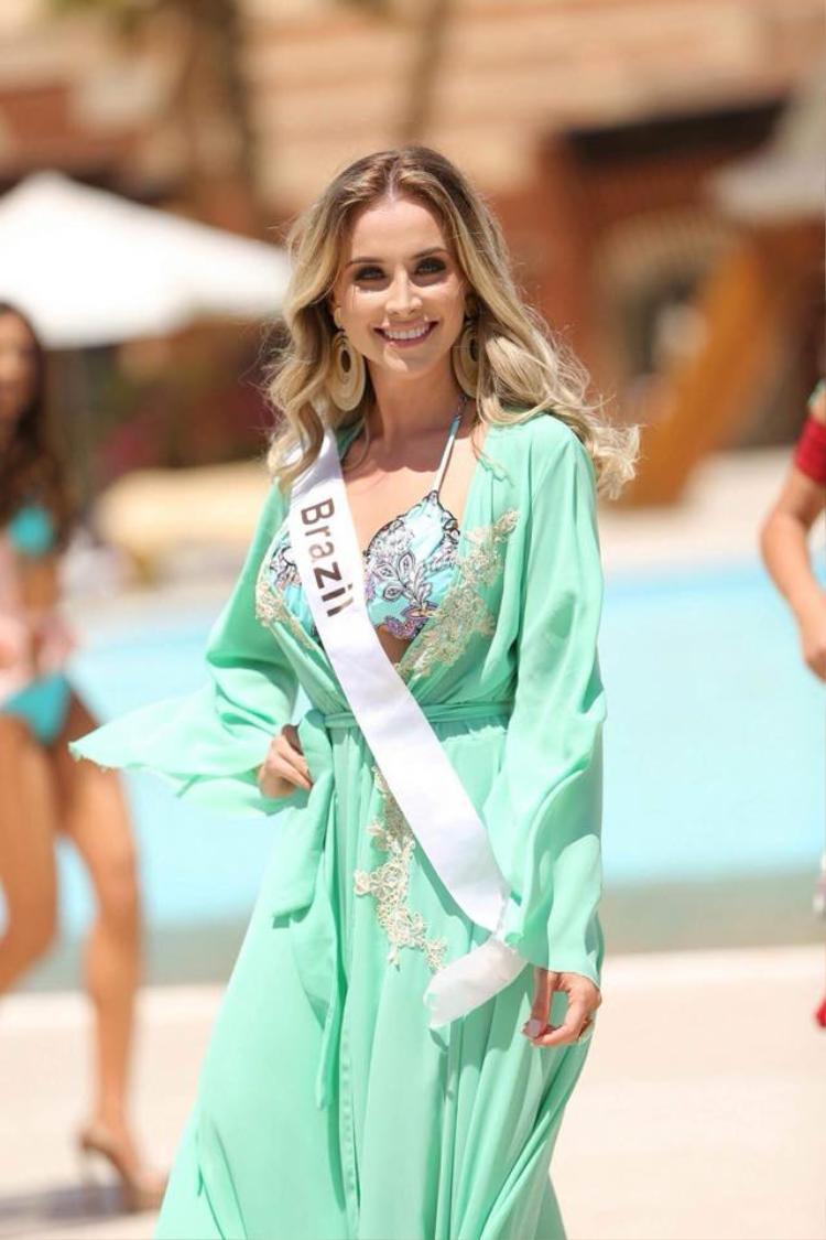 Đại diện đến từ nam Mỹ - Brazil. Năm ngoái, trong phần thi bikini Nguyễn Thị Thành lọt top 15 thí sinh trình diễn đẹp nhất.