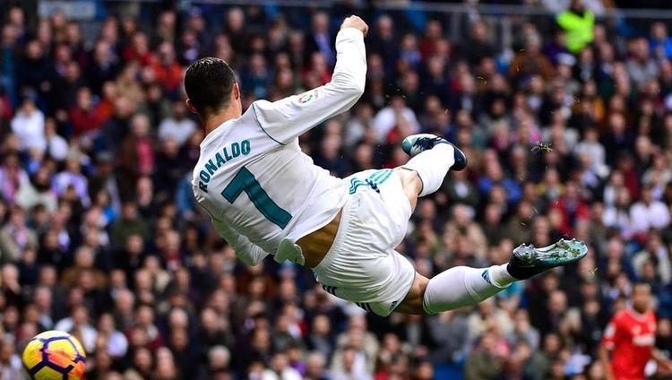 Sau ngả bàn đèn, Ronaldo lại vô-lê lập siêu phẩm trên sân tập