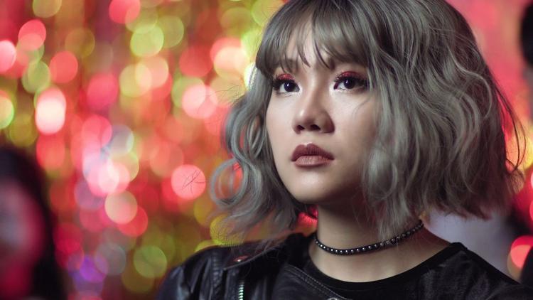 """Ca khúc Nâng được thì buông được thuộc dòng pop ballad. Trong MV Khả Linh đóng 2 vai, một cô gái nữ tính nhẹ nhàng và một cô gái cá tính mạnh mẽ. Tất cả hướng đến thông điệp: """"Là con gái, cho dù mạnh mẽ hay không thì trong tình yêu, không thể mềm yếu""""."""