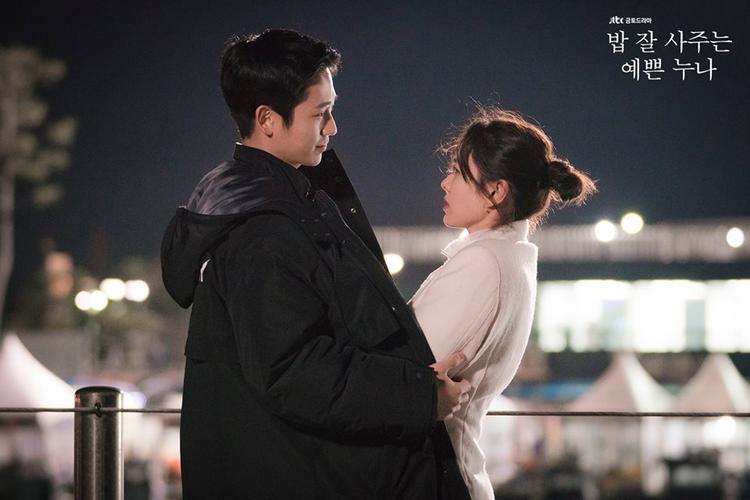 """Son Ye Jin đang gây """"sốt"""" với bộ phim truyền hình tình cảm, lãng mạn """"Pretty noona who buys me food"""" của đài JTBC cùng nam diễn viên trẻ Jung Hae In."""