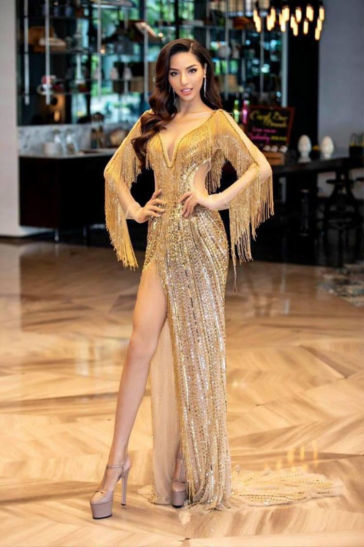 """Siêu mẫu Dương Nguyễn Khả Trang tựa """"nữ thần"""" trong thiết kế tua rua ánh kim thu hút người đối diện. Là một người đẹp có chiều cao khủng nên trong bộ cánh xẻ đùi cô phô trọn đôi chân dài không đối thủ của mình."""