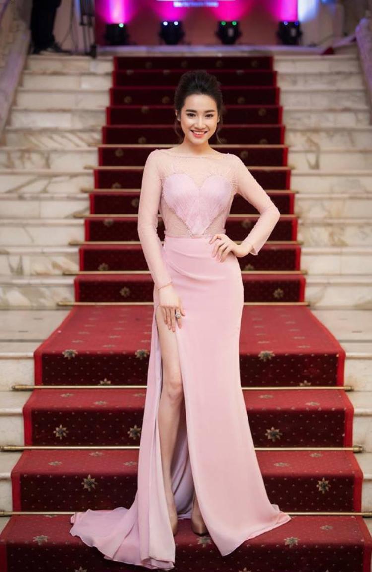 Bạn gái Trường Giang tuy không có chiều cao nổi bật, song cô vẫn gia nhập hội những mỹ nhân khoe chân bằng cách diện váy xẻ cao bất tận.Nhã Phương xuất hiện tại Lễ trao giải Cánh diều 2017, cô chọn chiếc váy ren xuyên thấu, tông màu hồng nhạt nữ tính.