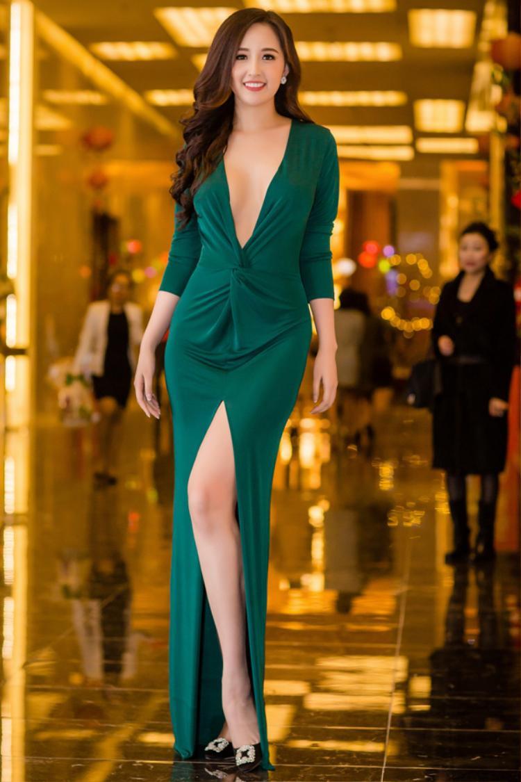 """Hoa hậu Mai Phương Thúy là người đẹp """"đóng đinh"""" với những thiết kế xẻ đùi, xẻ ngực tại các sự kiện trong làng giải trí. Đây là lần tái xuất mở màn trong năm 2018 của cựu Hoa hậu."""