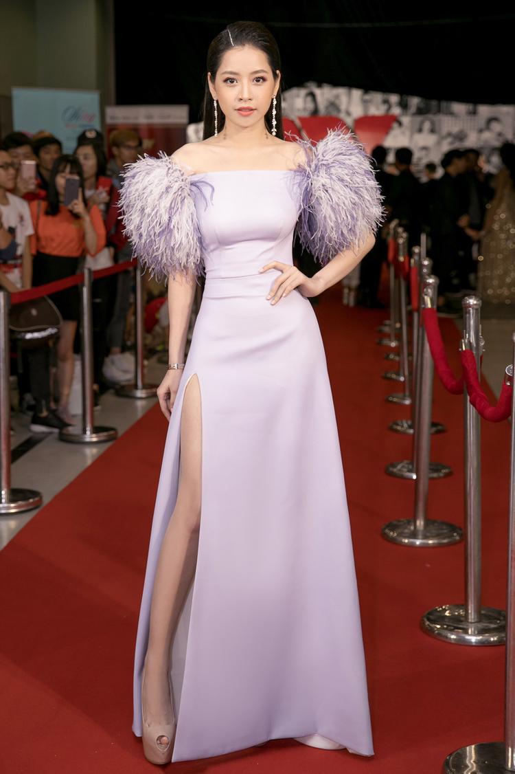Cũng trên thảm đỏ We Choice Awards, Chi Pu đã chiêu đãi khán giả có mặt bằng thiết kế khoe khéo đôi chân trần của nữ ca sĩ.