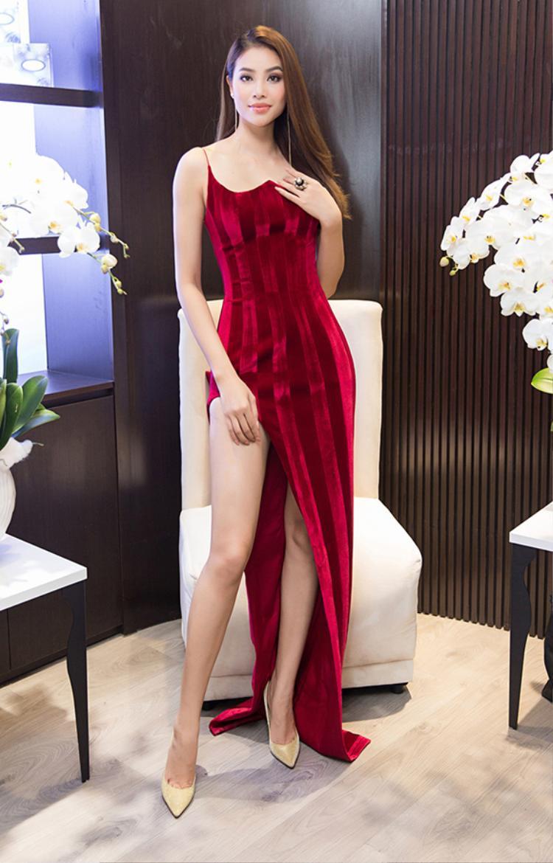 Diện bộ váy đỏ rực rỡ gợi cảm, Hoa hậu Phạm Hương khéo léo khoe đôi chân dài và vóc dáng cân đối.
