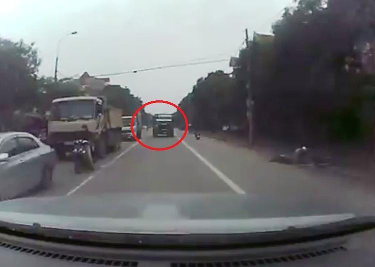 Xe tải lấn đường ngược chiều - (Ảnh chụp camera).