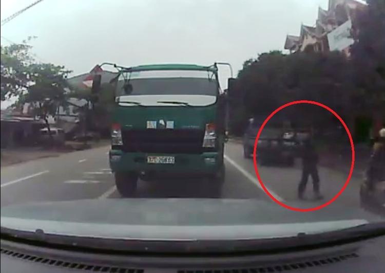 Tài xế bất ngờ mở cửa gây cản trở giao thông - (Ảnh chụp camera).