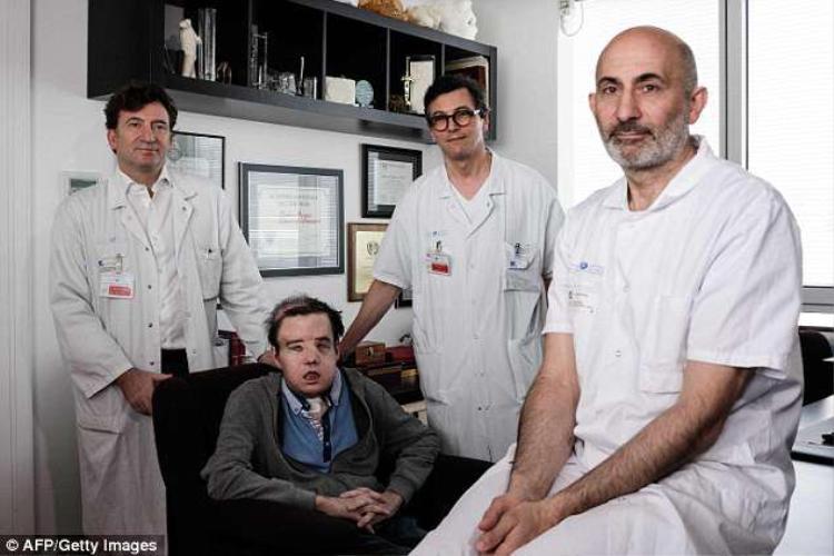 Hamon bên cạnh đội ngũ bác sĩ đã phẫu thuật cấy ghép mặt cho anh. Ảnh AFP