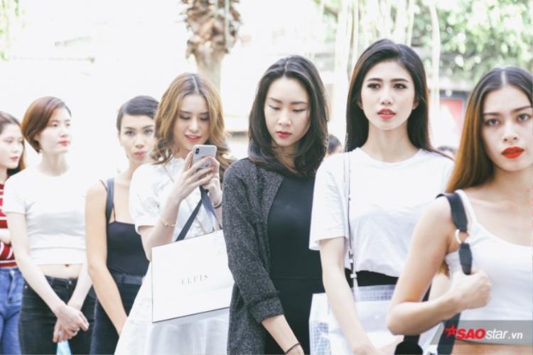 """Rất nhiều các thí sinh từng chinh chiến tại các cuộc thi hoa hậu, người mẫu trước đó một lần nữa thử sức tại Siêu mẫu Việt Nam 2018. Không chỉ vậy, một số thí sinh còn chia sẻ rằng tham gia các cuộc thi có quy mô vừa và nhỏ trước đó chỉ là """"bàn đạp"""" để tích lũy kinh nghiệm giành giải Vàng Siêu mẫu."""