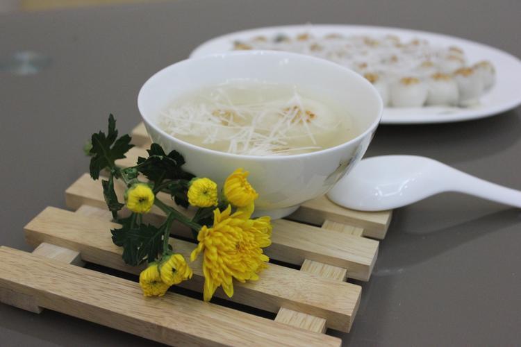Bánh trôi - bánh chay là hai món bánh không thể thiếu trong Tết Hàn thực.