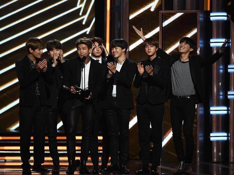 """Các chàng trai xuất sắc thắng giải Top Social Artists trước những ứng cử viên """"nặng ký"""" như: Justin Bieber, Ariana Grande, Selena Gomez và Shawn Mendes."""