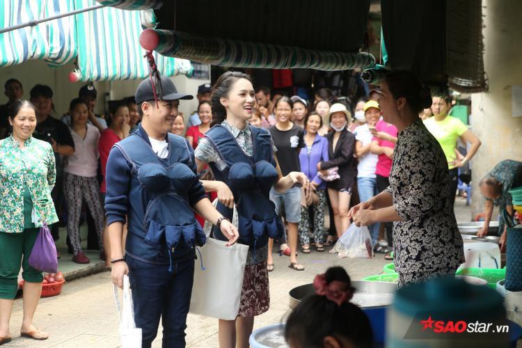 Sự có mặt của danh hài Trường Giang và Hương Giang khiến người dân thích thú chăm chú theo dõi.