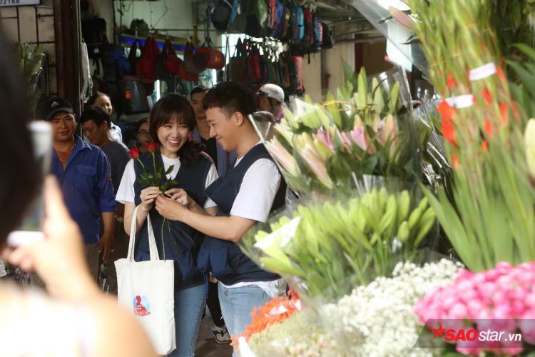 Xuất hiện bất cứ nơi nào, Trấn Thành và Hari Won luôn tình tứ. Gương mặt Hari hạnh phúc khi được chồng tặng hoa.