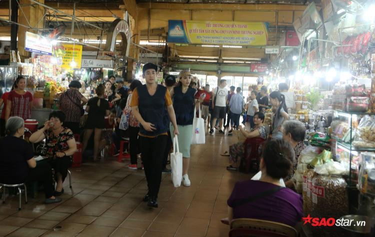 Kỳ Duyên - Hứa Vĩ Văn nổi bật tại chợ Bến Thành.