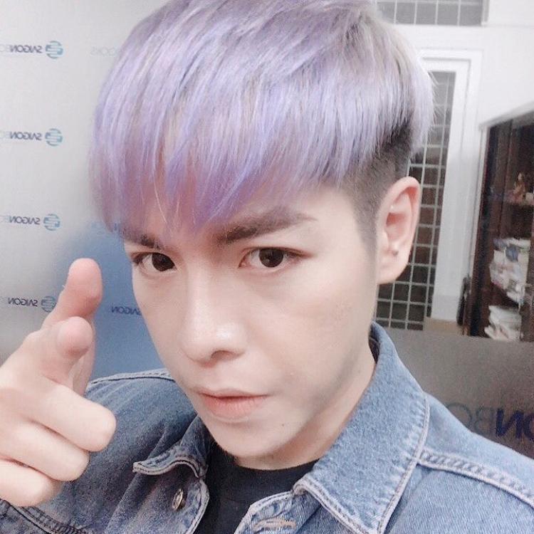 Thỉnh thoảng ca sĩ thay đổi với tóc màu tím để làm mới hình ảnh.