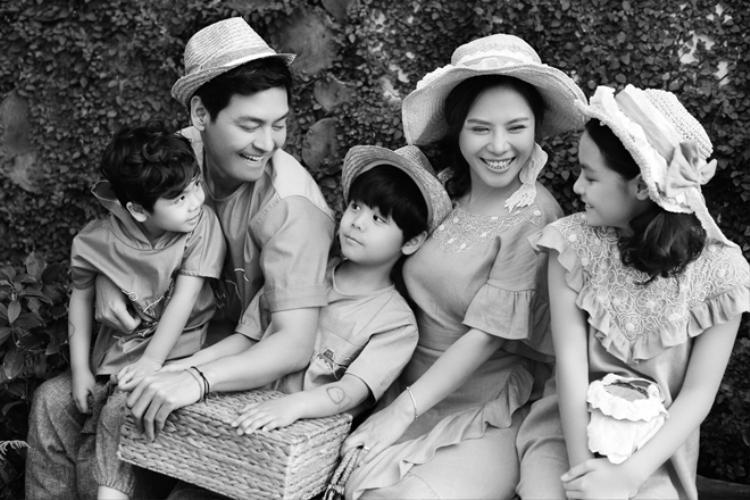 Phan Anh thường xuyên khoe ảnh gia đình toàn nam thanh, nữ tú lên trang cá nhân.