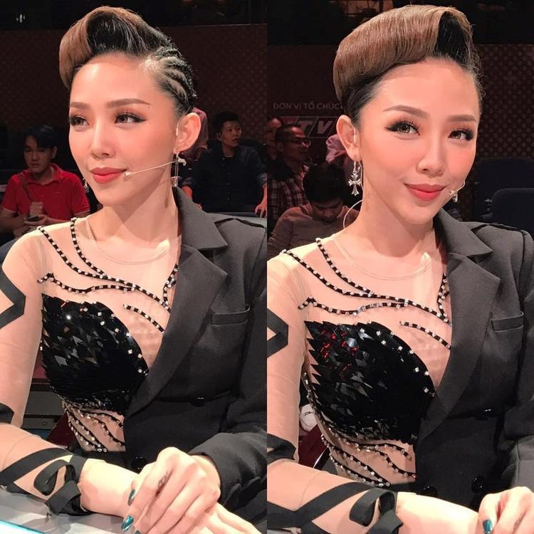 Và, Tóc Tiên cũng từng mặc một chiếc đầm tương tự, chỉ sexy hơn một chút với kiểu dáng xuyên thấu ở nửa bên thôi. Đáng chú ý, bộ trang phục này đã được Tóc Tiên mặc từ năm trước.