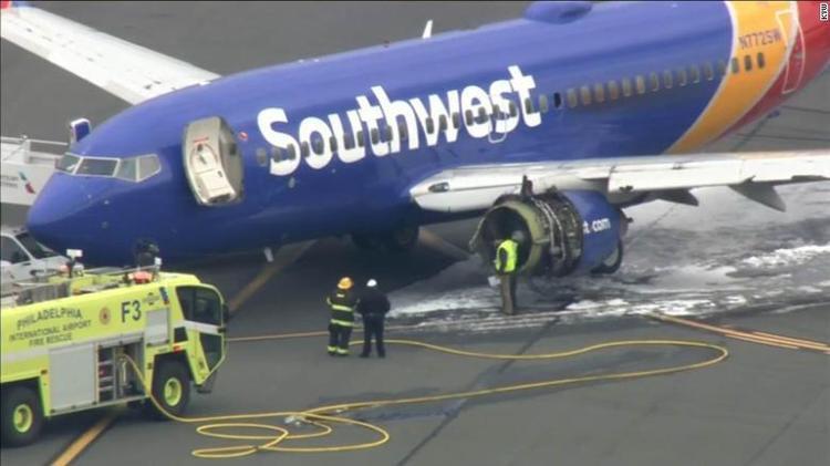 Máy bay bị hư hỏng nặng ở phía bên trái.
