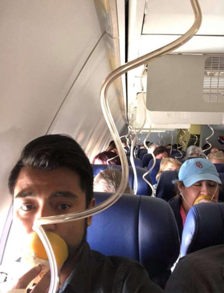Các hành khách đeo mặt nạ dưỡng khí khi máy bay gặp sự cố.