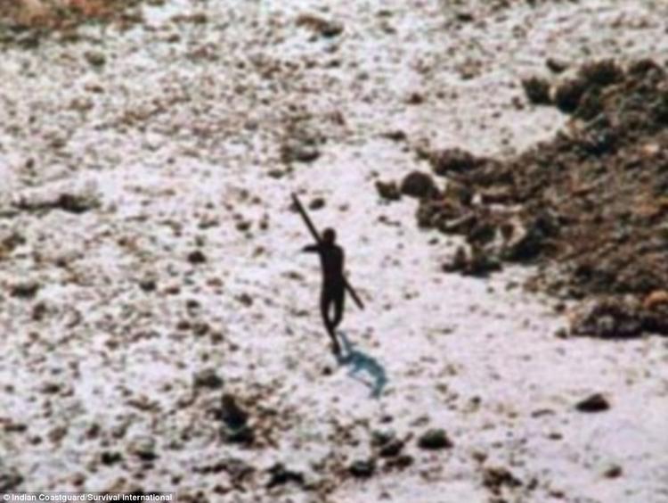 Thổ dân đuổi theo bắn tên vào máy bay trực thăng. Ảnh: Indian Coastguard Survival International