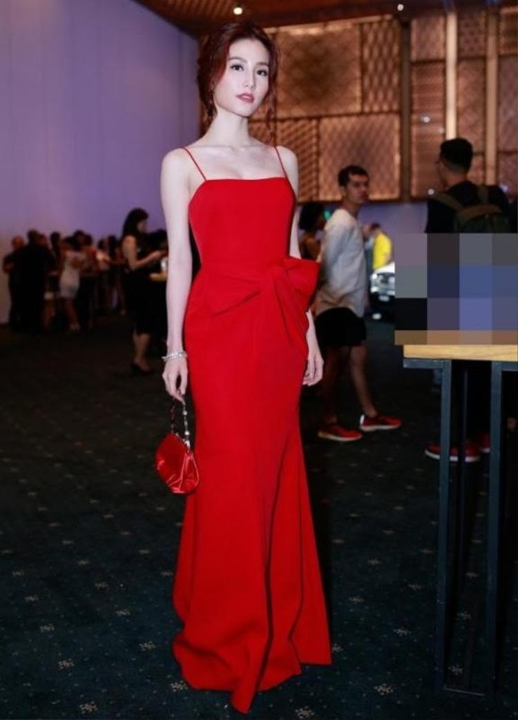 """Có thể nói, những mẫu trang phục với chi tiết nơ 3D chính là cây """"đinh"""", giúp Lâm Gia Khang ghi được dấu ấn đầu tiên trong làng thời trang."""