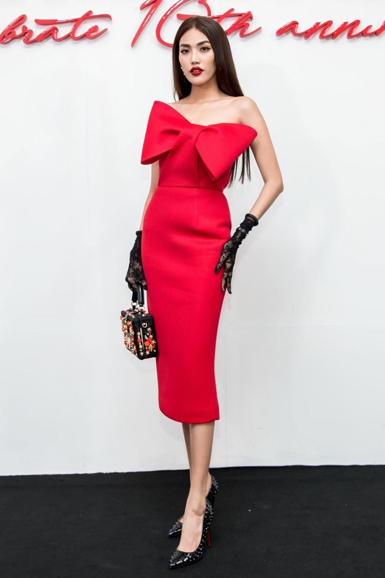 Lan Khuê khoe sắc với thiết kế váy đỏ rực cùng chi tiết nơ 3D trong show diễn The Muse 2 diễn ra vào cuối năm 2017.