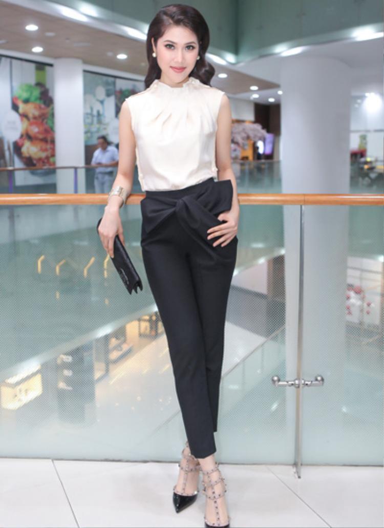 Ngoài jumpsuit hay váy vóc, những chiếc nơ ráp 3D còn được ứng dụng vào các kiểu quần, đem lại cho người mặc sự mới mẻ, thú vị.