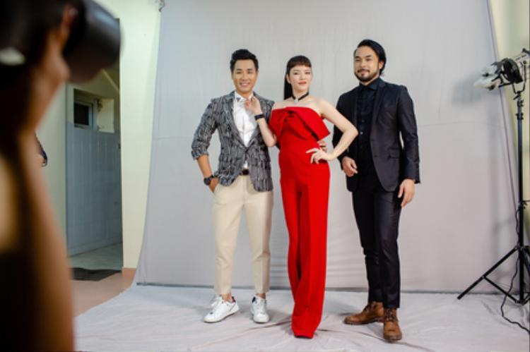 Trong những hình ảnh hậu trường của một buổi chụp hình mới đây, Lý Nhã Kỳ vô cùng nổi bật khi diện thiết kế jumpsuits đỏ rực, có điểm nhấn nơ ngay ngực khá cá tính. Chiếc nơ tuy lạ mắt nhưng đối với những người yêu thích thời trang, đây không phải là một chi tiết quá mới mẻ.