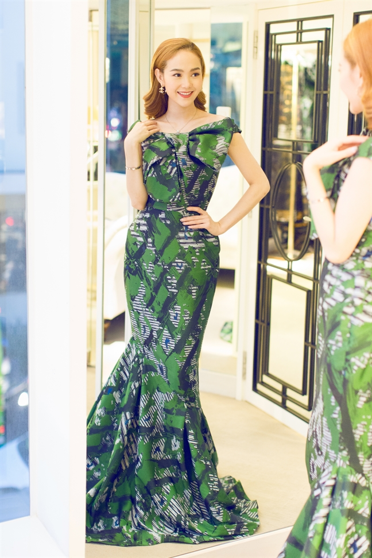 Thiết kế đầm đuôi cá với phần nơ ngay ngực của Phương My đem lại cho Minh Hằng vẻ nữ tính, thời thượng.
