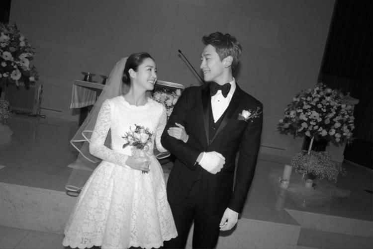 Trải qua 4 năm hẹn hò, cặp đôi tặng cho nhau cái kết viên mãn bằng một đám cưới siêu giản dị và tiết kiệm chỉ khoảng 1.100 đô (hơn 24 triệu đồng) dù khối tài sản cả hai sở hữu lên đến hàng chục triệu đô la.