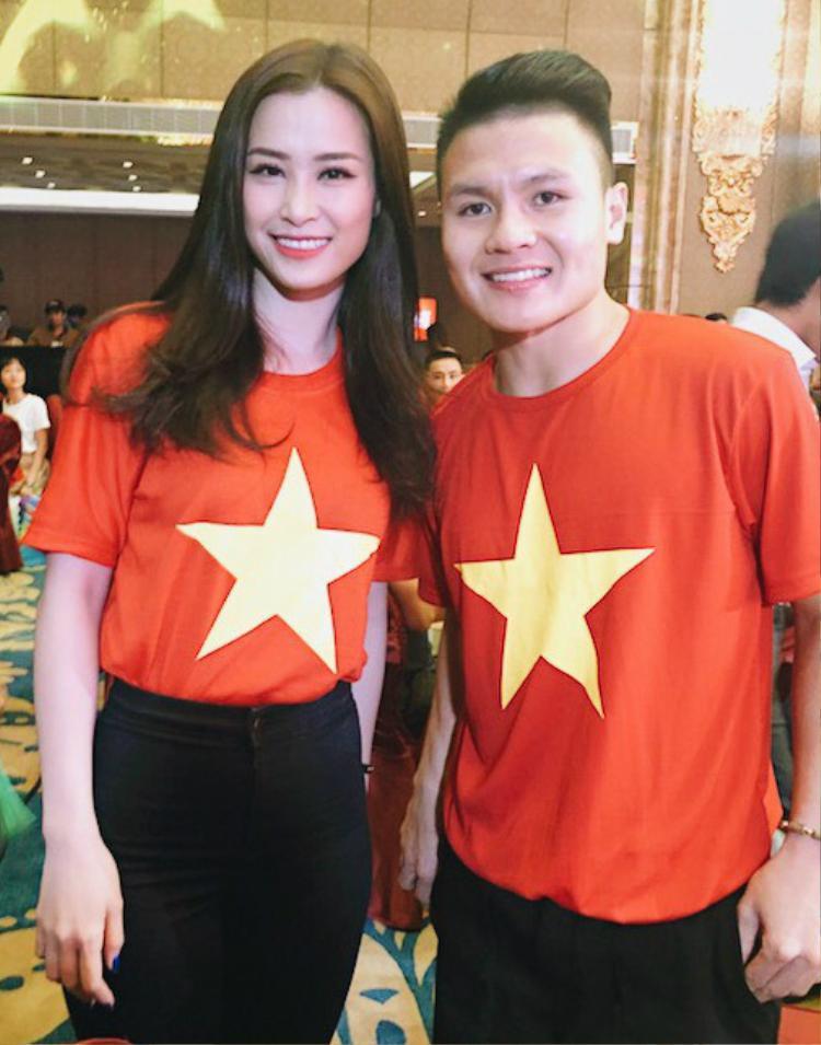 """Ca sĩ nổi tiếng hay hoa hậu đình đám thì khi chụp ảnh cùng, biểu cảm của Quang Hải vẫn """"trăm lần như một"""", giữ đúng phép lịch sự."""