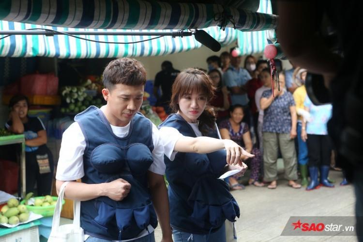 Cặp đôi Trấn Thành - Harri Won tranh thủ mua hàng để hoàn thành thử thách chương trình đưa ra.