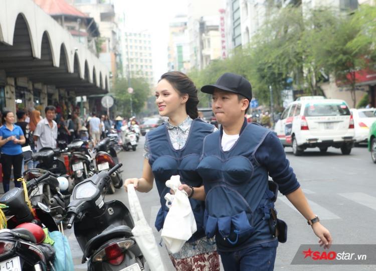 Trường Giang - Hương Giang cũng tất bật ngược xuôi nhưng vẫn giữ nét rạng rỡ khi xuất hiện tại chợ Bến Thành.