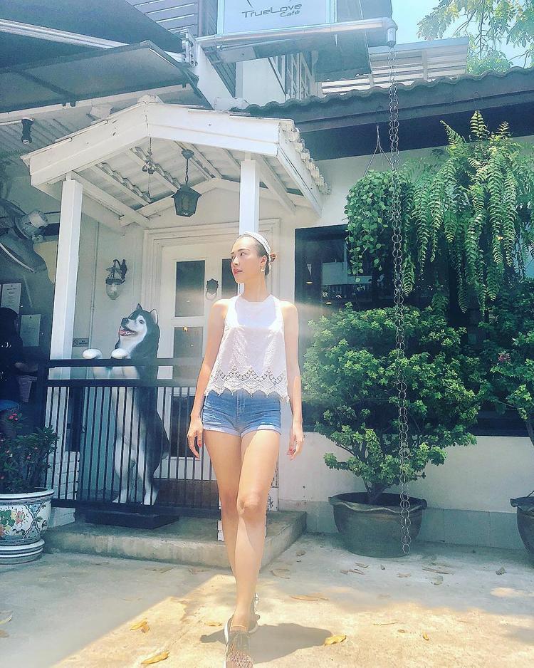 Đôi chân dài cùng làn da trắng của Hoàng Oanh cũng được tôn lên với quần short cạp cao và áo ren mỏng.