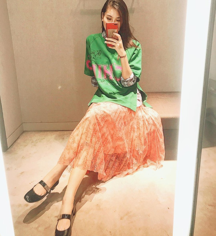 Hà Lade phối chân váy ren hoa dập li cùng áo thun phom rộng, đem lại vẻ ngoài cá tính.