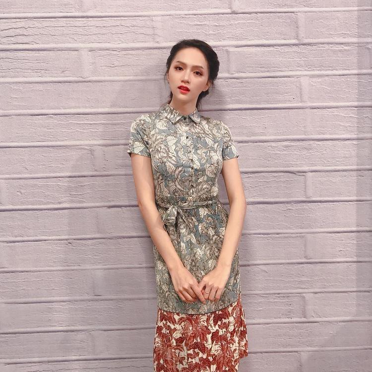 Cùng suy nghĩ diện đầm hoa, song chiếc đầm của Hương Giang Idol lại đem đến cho người mặc vẻ nhã nhặn, kín đáo hơn so với Angela Phương Trinh.