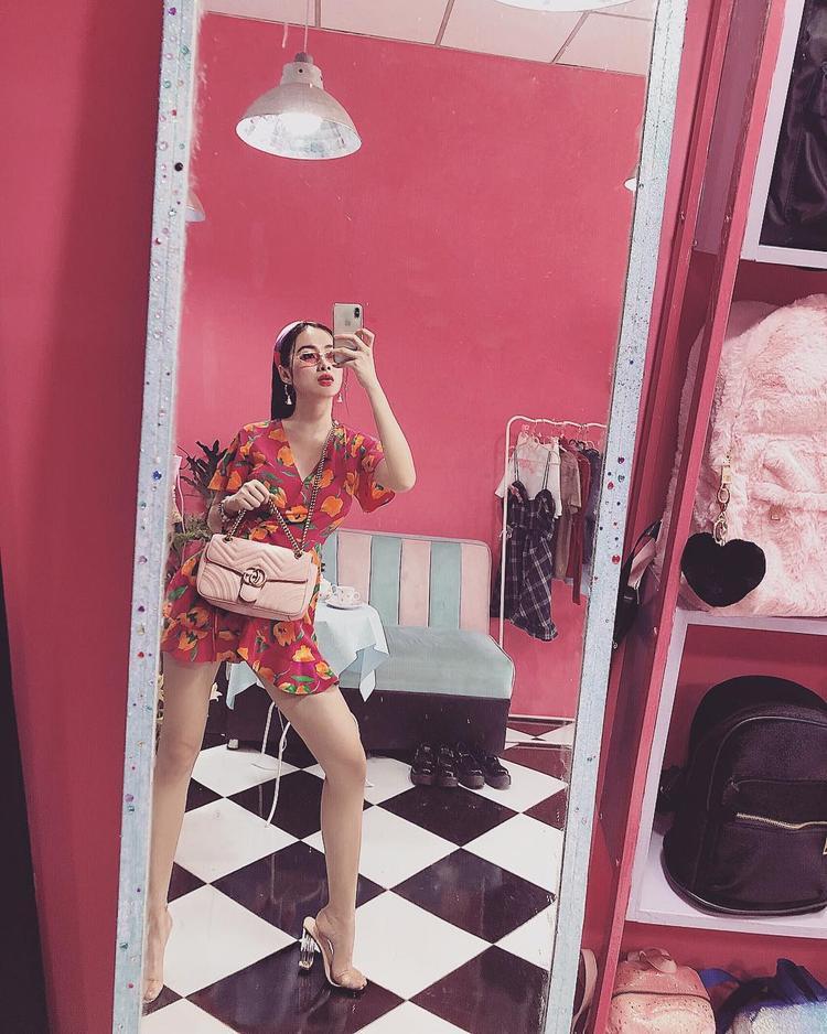 Cùng nhập hội mỹ nhân Vbiz khoe chân dài, nhưng Angela Phương Trinh lại chuyển sang khoe chân cùng váy ngắn in hoa nhí đậm chất mùa hè.