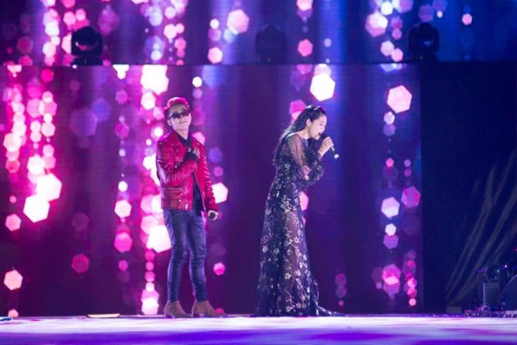 Tại liveshow đầu tiên trong sự nghiệp, Sơn Tùng đã gửi ngay lời mời tham dự đến nữ HLV Giọng hát Việt và cô cũng rất hào hứng trước đề nghị này.