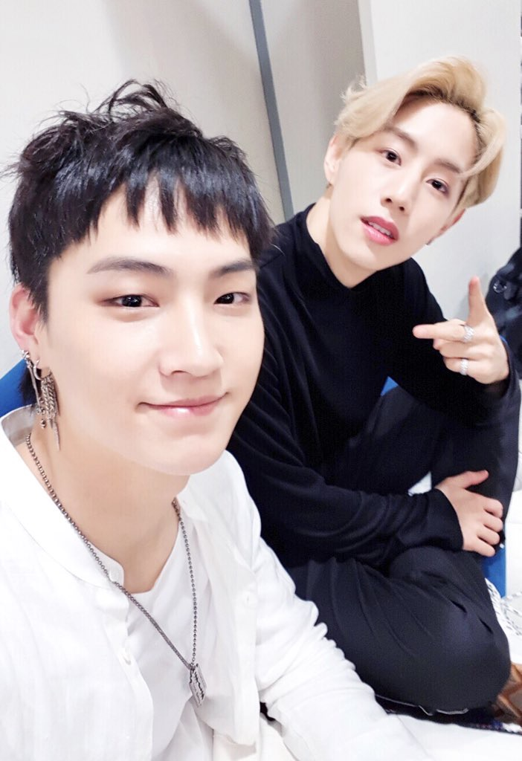 JB (trái) và Mark (phải) xem nhau như bạn bè cùng tuổi.